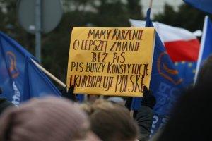 Nowy sondaż CBOS pokazuje, co Polacy myślą o PiS i opozycyjnym proteście.