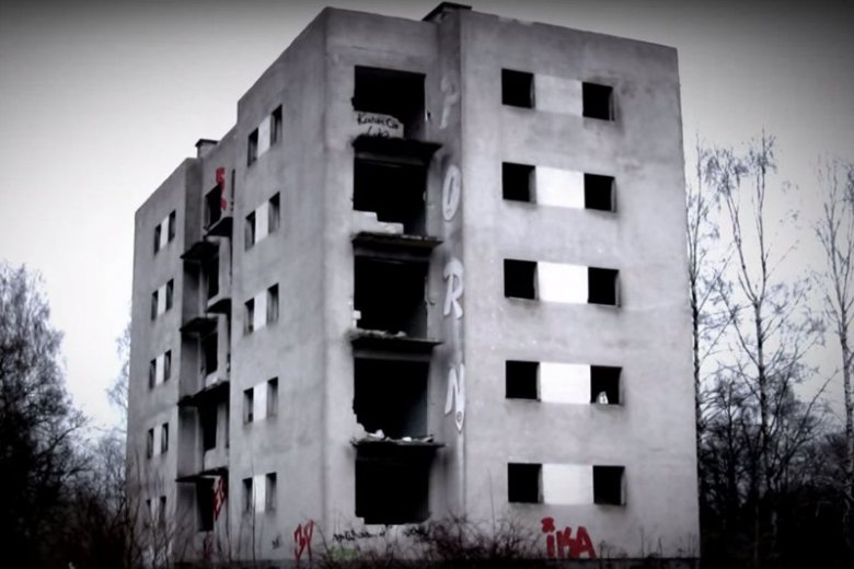 Kłomino jest pełne opuszczonych, sypiących się budynków, W tym obumarłym miejscu pewnie nikt nie chciałby się znaleźć samotnie nocą.