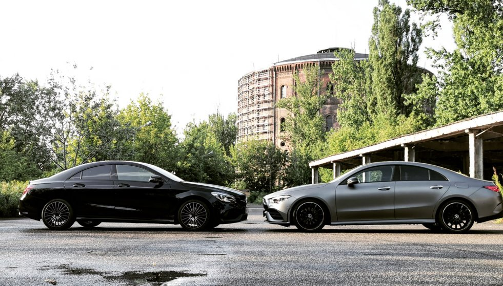 Z lewej stara generacja Mercedesa CLA 220 4matic, z prawej nowa.