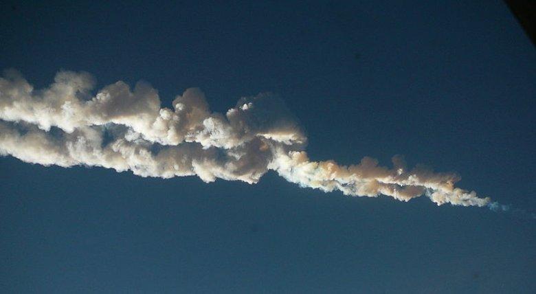 Ślad przelotu meteora nad Czelabińskiem.