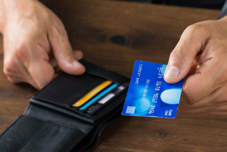 Kolejny etap bankowości mobilnej może przynieść kres żonglowaniu przy sklepowej kasie kartami płatniczymi z portfela