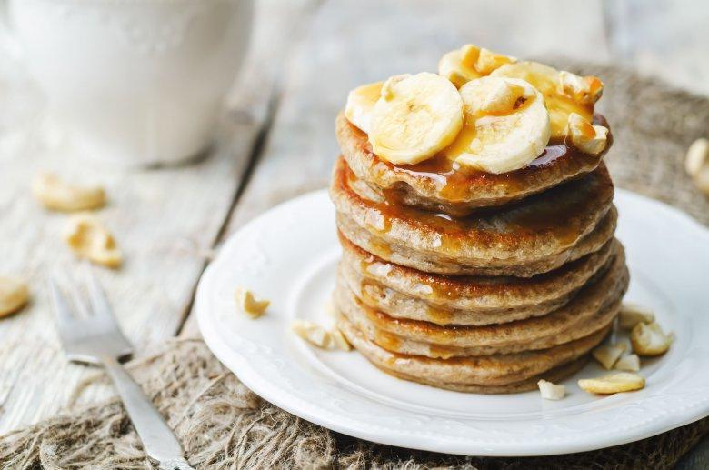 Pancakes owsiane z bananem, orzechami i syropem klonowym to idealne jesienne śniadanie!
