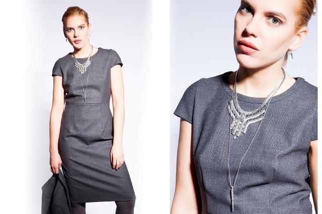 Klasyczna sukienka typu biznes, delikatny wisior połączona z naszyjnikiem w tej samej kolorystyce. Monochromia kolorów.