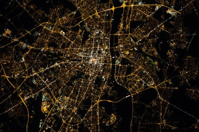 Piękne zdjęcia Warszawy wykonane z kosmosu przez Międzynarodową Stację Kosmiczną. Są tak dokładne, że można dojrzeć małe uliczki