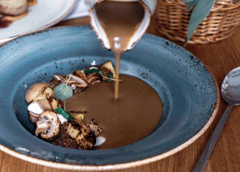 Kremowa zupa grzybowa z pieczonymi ziemniakami, kwaśną śmietaną i pumperniklem
