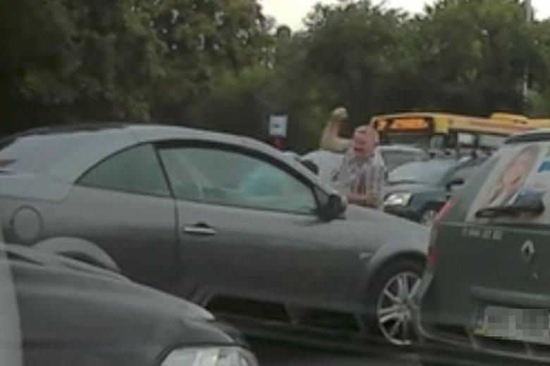 Historia z agresywnym taksówkarzem ma zaskakujący ciąg dalszy.