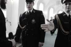 Fotoreporterowi cofnięto na rok akredytację po tym, jak zrobił zdjęcie bosej stopy posłanki Lidii Gądek.