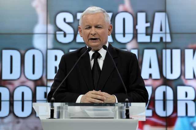 Prezes Prawa i Sprawiedliwości Jarosław Kaczyński prezentuje pomysły swojej partii na edukacje