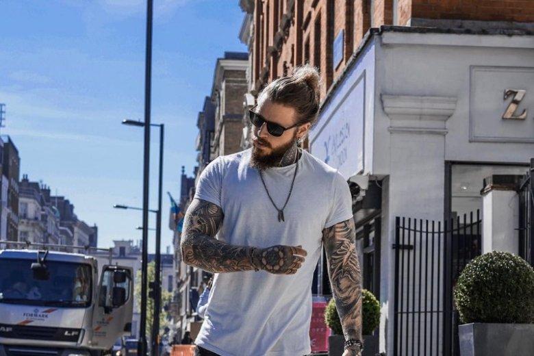 Kevin bryluje na Instagramie, ale jest tez tatuażystą, modelem i muzykiem