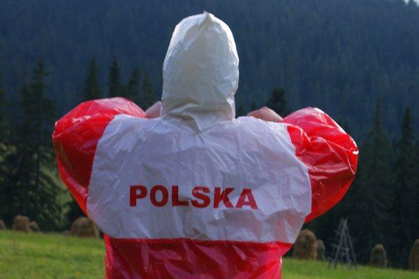 """Oryginalna peleryna, jaką na sobie miał prezes PiS, napis """"POLSKA"""" ma tylko z tyłu, napisany prostą czcionką."""