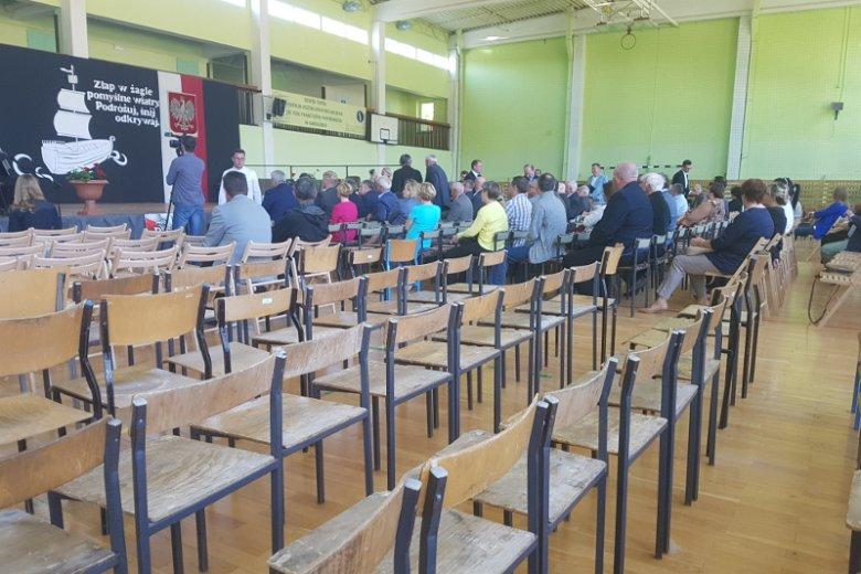 Sala gimnastyczna w Karolewie podczas wizyty ministra rolnictwa Krzysztofa Jurgiela.