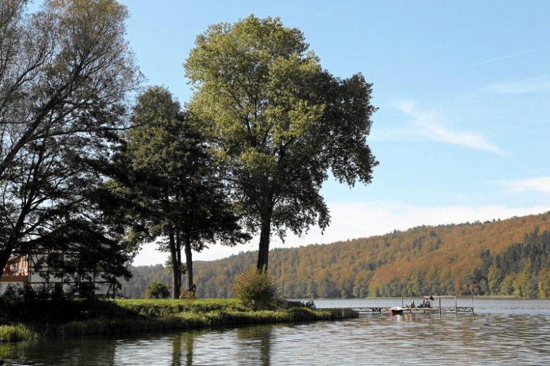 Jedno z jezior rozciągających się wzdłuż Drogi Kaszubskiej – Jezioro Ostrzyckie