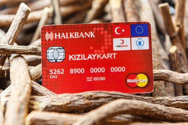 Karta debetowa programu ESSN, dzięki której uchodźcy mogą robić zakupy w sklepach i zaopatrywać się w podstawowe artykuły