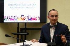 """Rzecznik Praw Dziecka Mikołaj Pawlak wycofał się z patronatu nad konkursem """"Poznajmy się""""."""