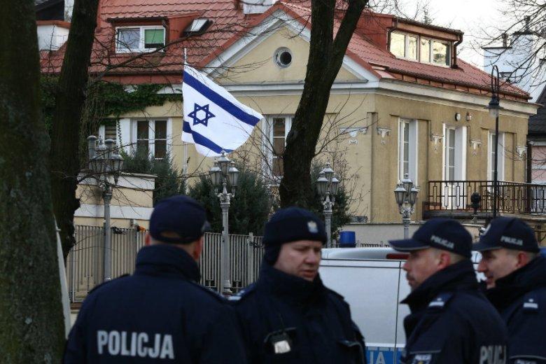 Policja pod Ambasadą Izraela w Warszawie. Ambasada Izraela pisze o fali antysemickich ataków.