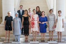 Tak wyglądało tzw. family photo pierwszych dam przywódców NATO wykonane przy okazji wizyty u królowej Belgów Matyldy. Uwagę przykuła obecność Gauthiera Destenaya, męża premiera Luksemburga Xaviera Bettela.