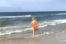 Katarzyna Bujakiewicz nad morzem jako Pamela Anderson.