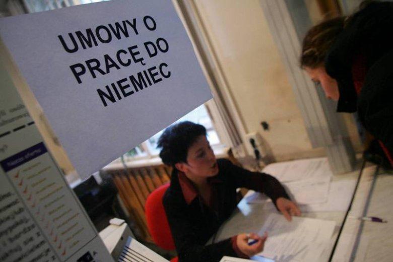 Studenci stoją w kolejce do Wojewódzkiego Urzędu Pracy w Łodzi, by odebrać formularze umożliwiające prace sezonową w Niemczech