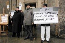 """Protest """"Krucjaty Młodych"""" przeciwko wystawie Katarzyny Kozyry (95 lat sprzątania w kościele Świętej Anny), 2011 rok"""