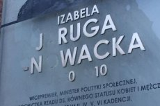 Tak wygląda tablica upamiętniająca Izabelę Jarugę-Nowacką, która wisi przy wejściu do Ministerstwa Pracy, Rodziny i Polityki Społecznej.