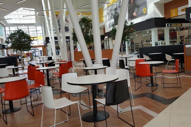 W porze lunchowej restauracje wyglądają jakby wszytsko zostało już wyjedzone. Cisza taka, że można usłyszeć skwierczenie kebaba
