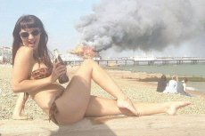 Zadowolona Izraelka patrzy na Gazę? Nieprawda. Tak działa wojenna propaganda.