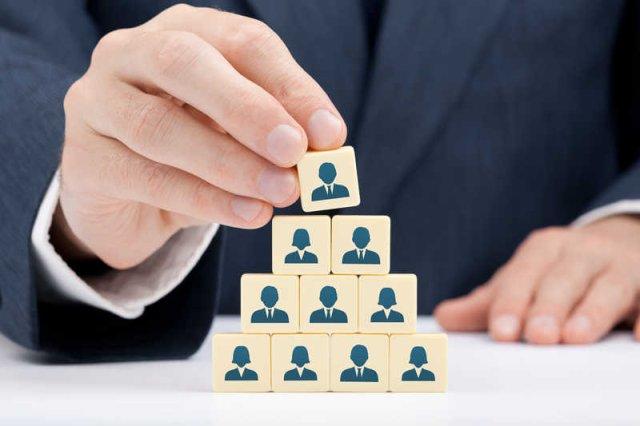 Chociaż MLM to nie piramida finansowa, układ sieci sprzedaży jest ściśle hierarchiczny.