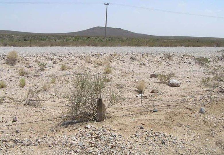 Pustynna granica pomiędzy Meksykiem a USA. Łatwa do przekroczenia, ale ciężka do przetrwania. Z dala od cywilizacji w ekstremalnie trudnych warunkach atmosferycznych.