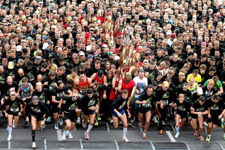 Na coraz popularniejszy w Polsce sport, jakim jest bieganie, warto spojrzeć z czysto naukowej perspektywy. Co ten fenomen mówi o tym, jacy jesteśmy?