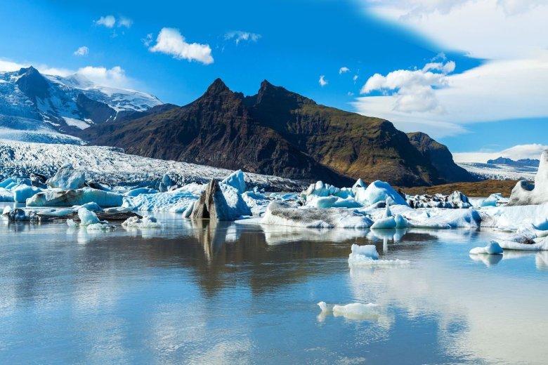 Islandia miejscami skuta jest lodem i pokryta śniegiem przez cały rok.