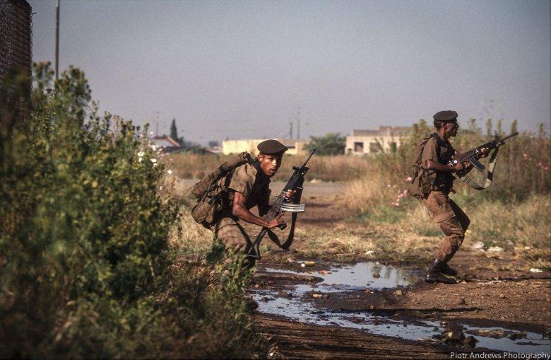 Żołnierz Armii Południowo Afrykańskiej podczas starć w Takozie.