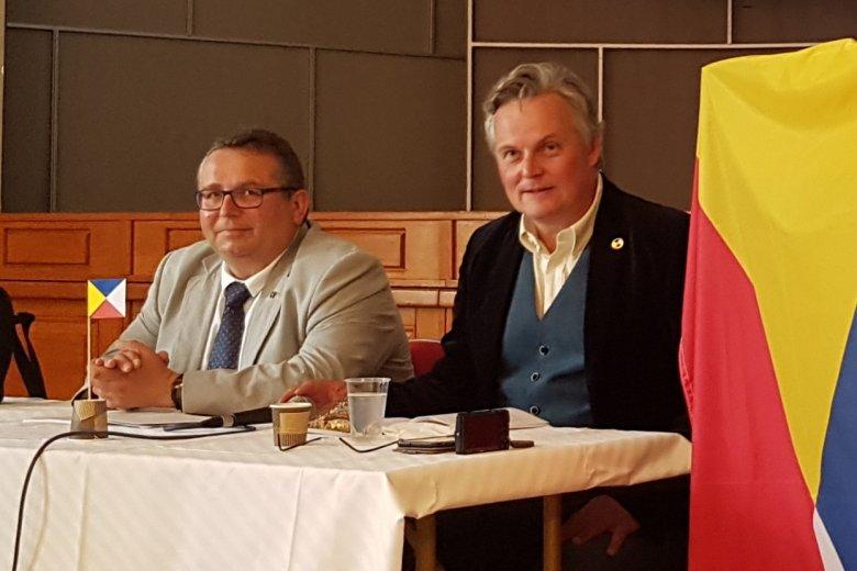 Vojtěch Merunka i Jan van Steenbergen - jedni z twórców miedzysłowiańskiego. Na zdjęciu widoczna jest też flaga języka