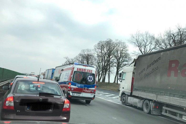 W czwartek na autostradzie A4 doszło do groźnego wypadku. Na szczęście stojący w korku kierowcy wzorowo utworzyli tzw. korytarz życia.