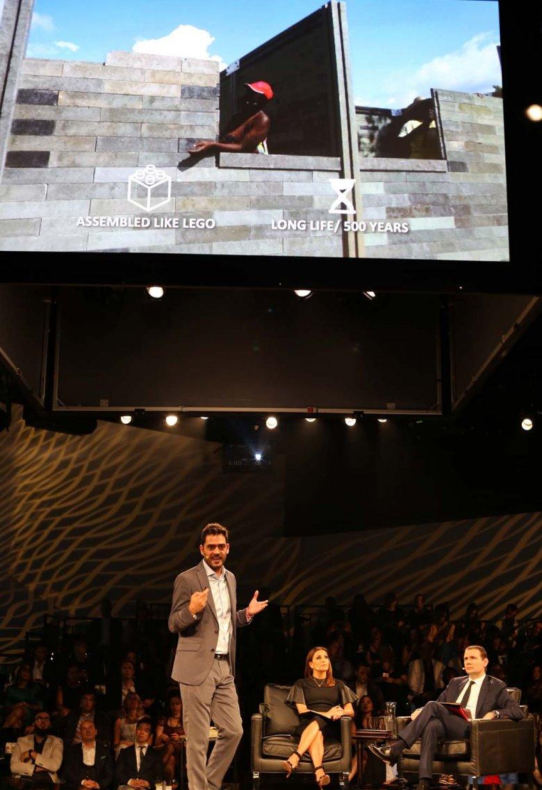 Oscar Mendez prezentuje swoją firmę, która robi domy z odzyskanego plastiku