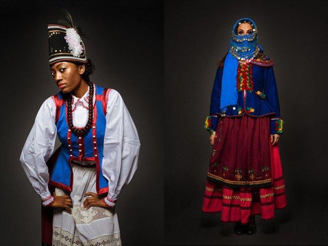 Rana z USA w kostiumie kurpiowskim oraz Maya z Algerii w stroju Nowego Sącza.