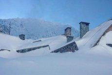 Schronisko w Dolinie Pięciu stawów zostało niemal całkowicie zasypane śniegiem. TOPR ewakuował turystów śmigłowcem.