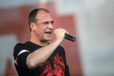 Paweł Kukiz w koszulce patriotycznej