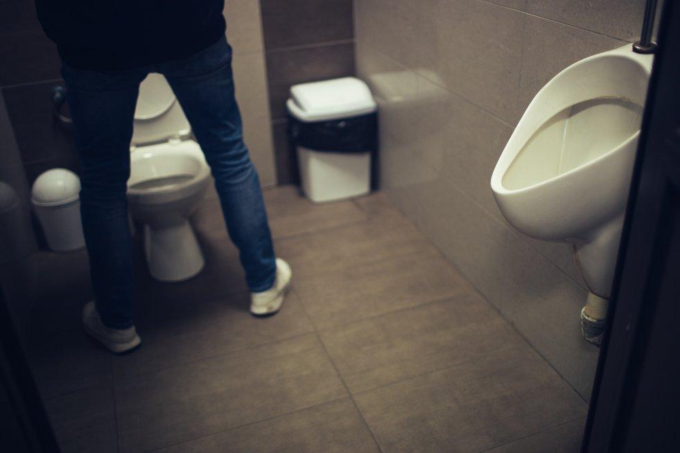 W męskich toaletach niestety rzadko jest przyjemnie.