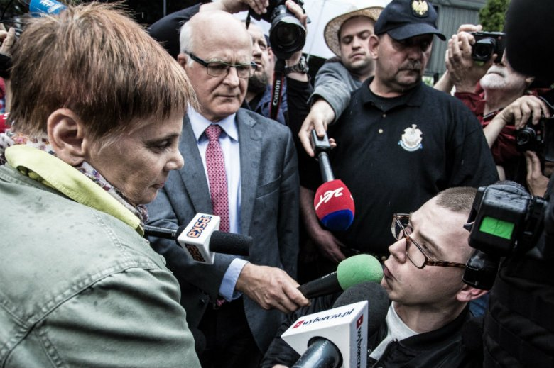 Janina Ochojska rozmawia z Adrianem Glinką pod Sejmem. Marszałek Kuchciński nie wpuścił jej do gmachu parlamentu.