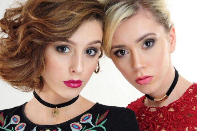 Te dziewczyny wystąpiły w słynnej sesji prezentującej makijaż na sylwestra. Podobne?