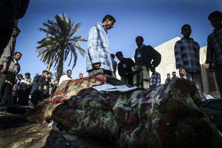 Irakijczycy identyfikują zabitych w zamachu bombowym.