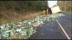 Tysiące puszek piwa rozlało się na drogę