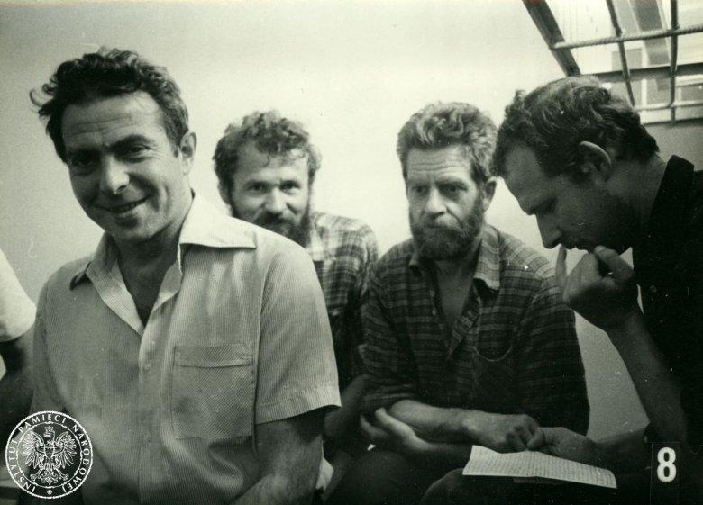 Areszt Śledczy Warszawa-Białołęka, rok 1982. Od lewej: Karol Modzelewski, Henryk Wujec, Andrzej Gwiazda, Adam Michnik.