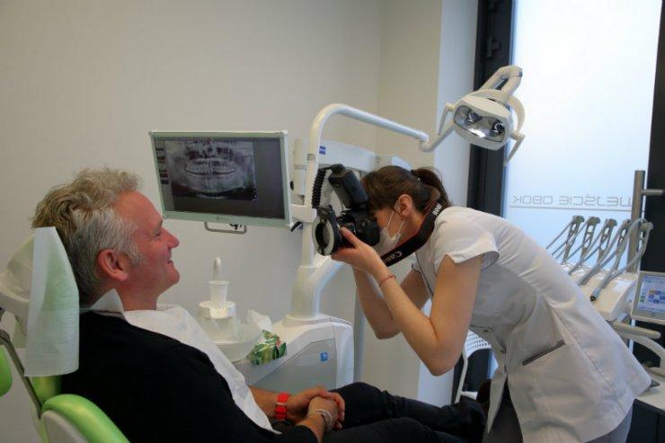 Bezcieniowa fotograficzna dokumentacja medyczna pacjenta, wykonana przez asystentkę Martę Cegiełko, to niezbędny element procesu leczenia.