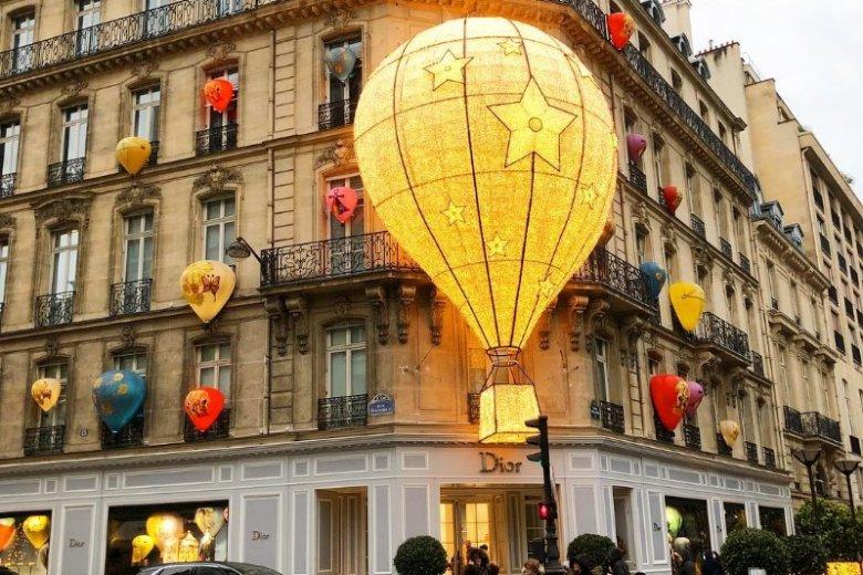 Zeszłoroczna wystawa Diora wykraczała poza same okna. Magiczne balony zdobiły całą kamienicę