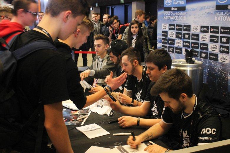 """Do profesjonalnych graczy w grę komputerową """"Counter Strike: Global Offensive"""" ustawiały się ogromne kolejki po autografy, selfie i przybicie piątki."""
