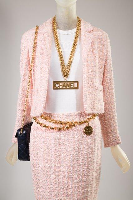 Pasek Chanel z 1988, torebka z 1992; garsonka z kolekcji wiosennej z 1994; naszyjnik z kolekcji jesiennej z 1991
