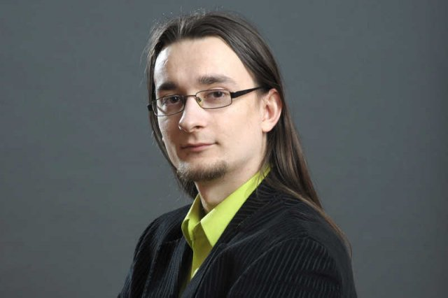 """Kamil Cebulski okrzyknięty przez media """"najmłodszym milionerem w Polsce"""" uważa, że w Polska nie sprzyja przedsiębiorczości. Sam sprzedał firmę i się wyprowadził."""