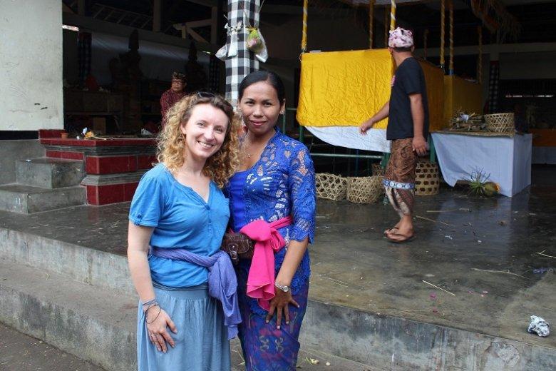 Bali. Indonezyjka była bardzo ciekawa z jakiego kraju jest Julia. Zdjęcie powstało przed uroczystościami grupowej kremacji. Kobieta chowała babcię.