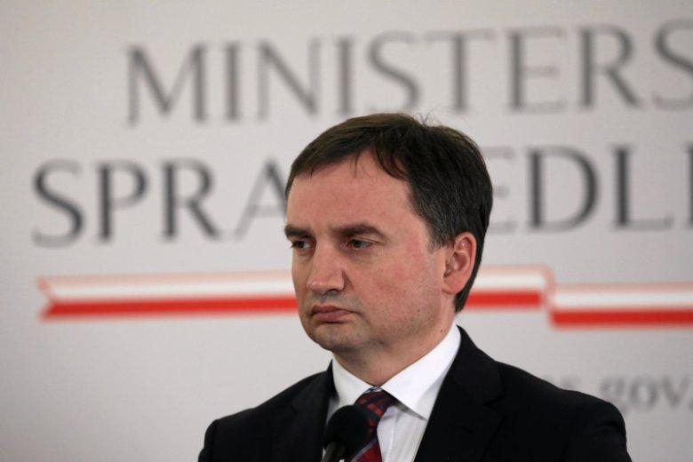 Zbigniew Ziobro obiecał Polakom szybsze sądy, ale na razie sąwolniejsze.